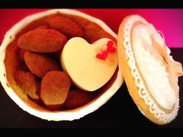 箱まで食べられちゃう夢のお菓子『お菓子な小箱』、中にはカリッと香ばしいアマンドショコラ